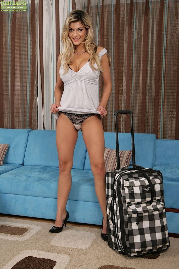 Fotos eróticas de mulher pelada gostosa se exibindo de pernas abertas