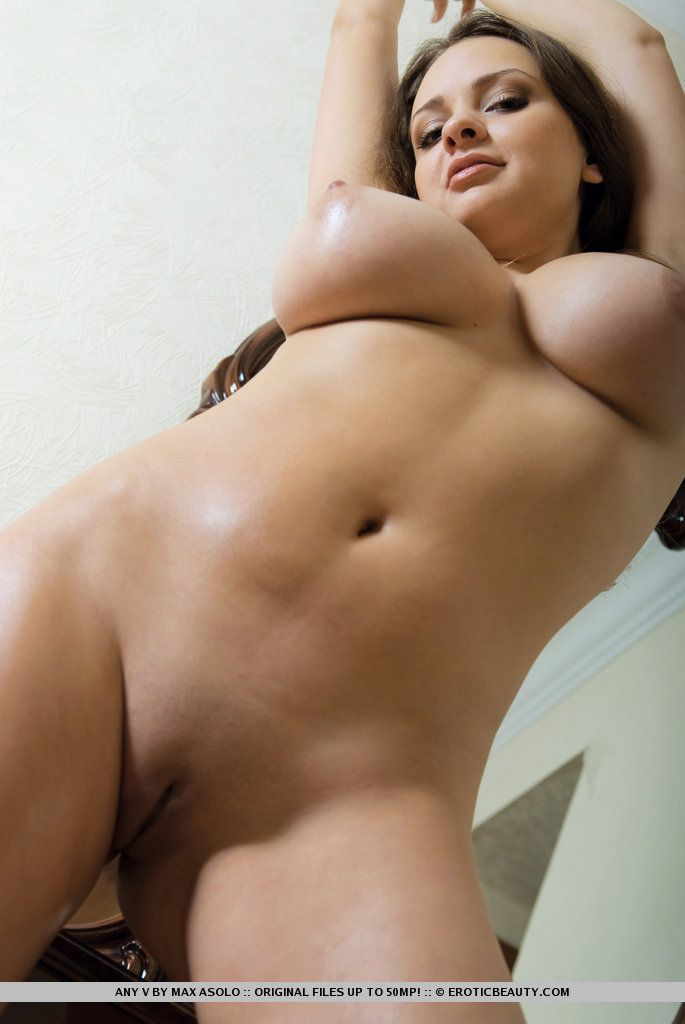 Fotos excitantes de novinha linda peituda e com xoxota fechadinha