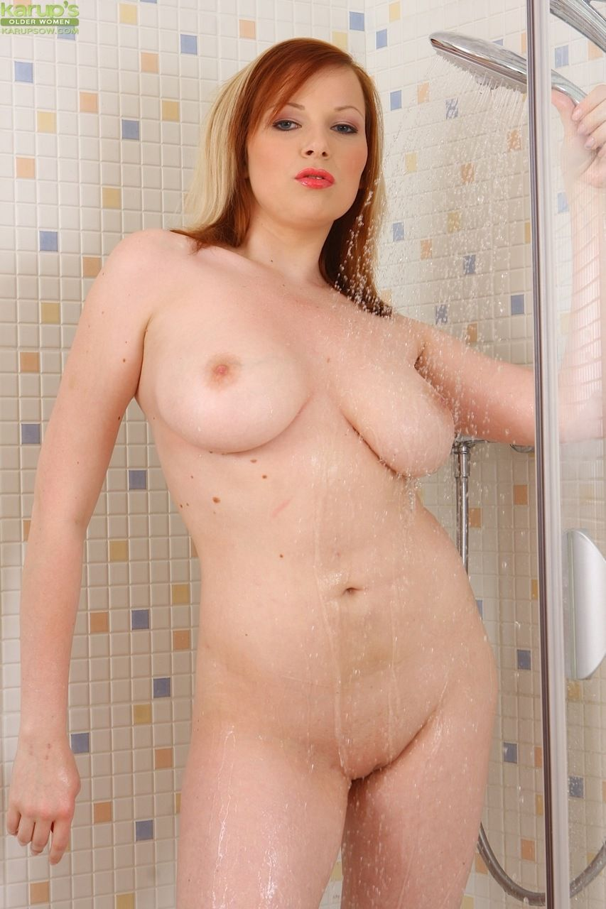 Branquinha peituda muito sexy em fotos de masturbação na buceta