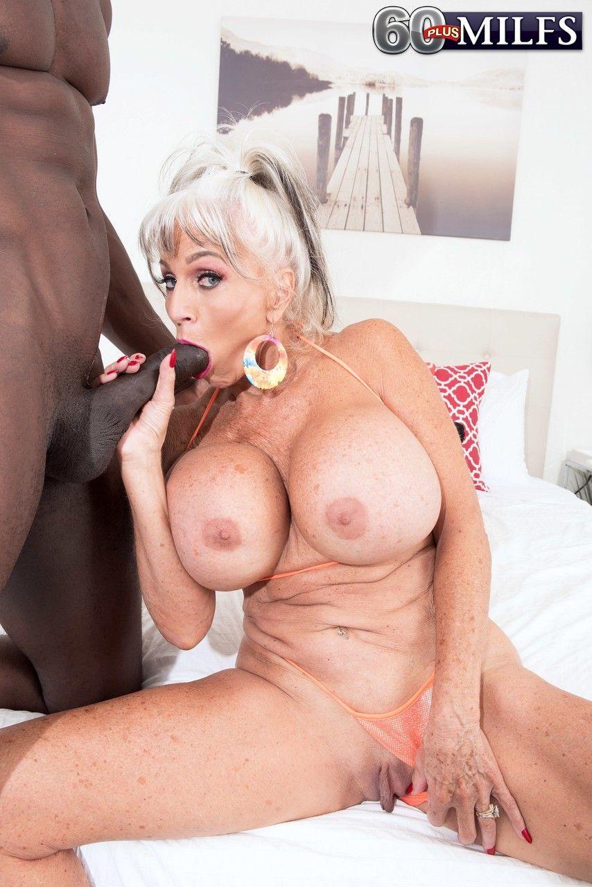 Fotos e sexo com coroa dos peitões grandes dando pro negão