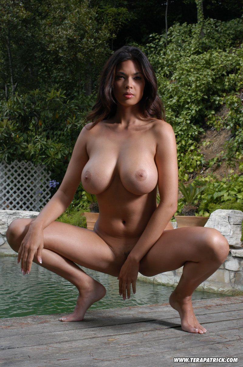 Mulher pelada peituda se exibindo em fotos eróticas de qualidade