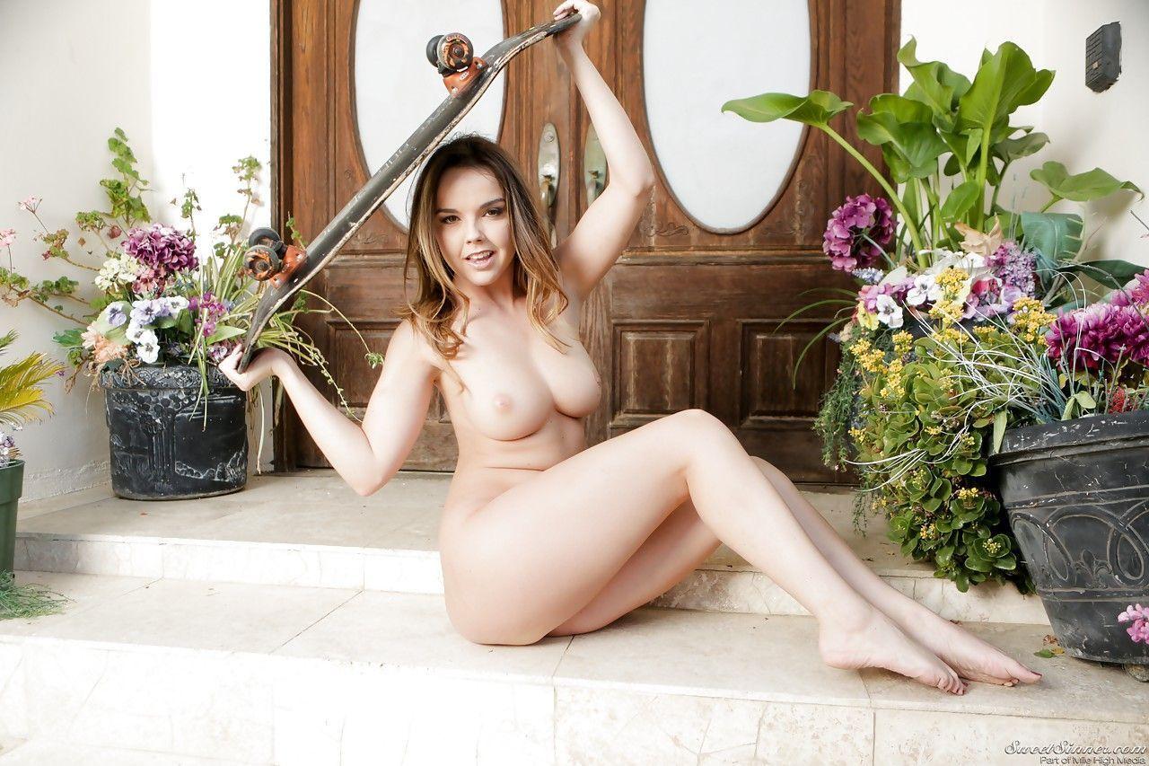 novinha pelada se exibindo mostrando a buceta em fotos eroticas 15 - Novinha pelada se exibindo mostrando a buceta em fotos eróticas