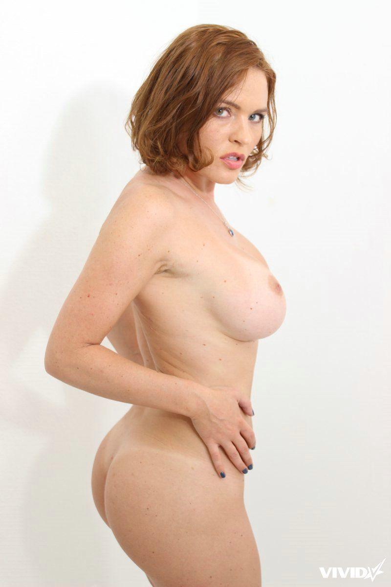Peituda sexy se exibindo pelada para fotos de nudez