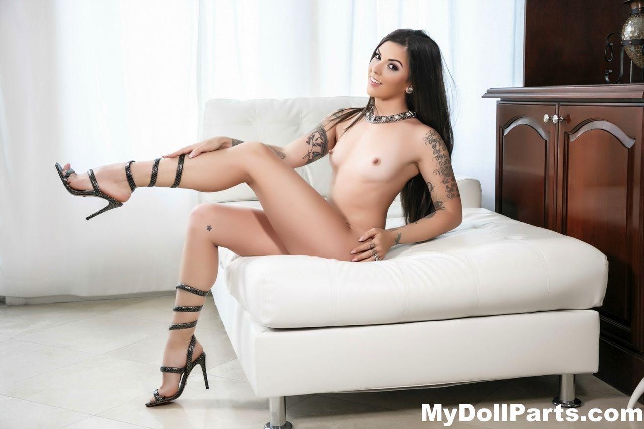 Várias fotos de magrinha sexy tatuada se exibindo pelada