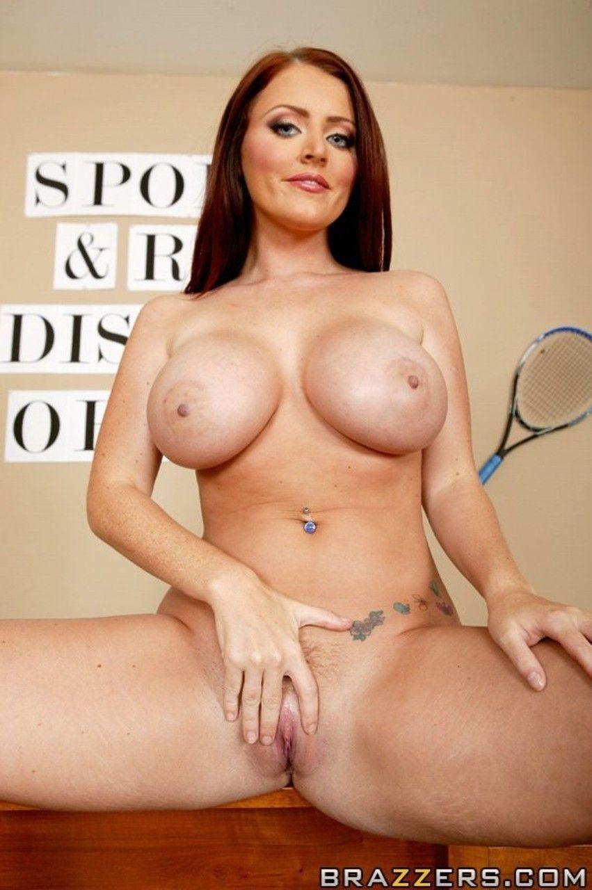 Atriz porno peituda maravilhosa se exibindo toda nua em fotos picantes