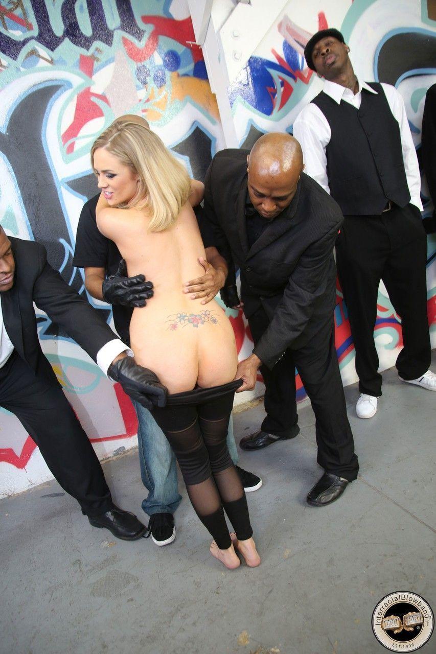 Fotos de putaria com loira peitudona fazendo gangbang e tomando gozadas
