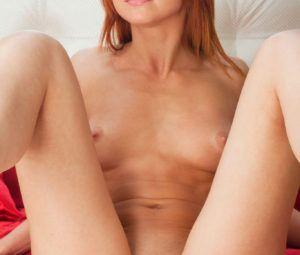 Fotos de ruiva novinha magrinha toda pelada mostrando a xoxota
