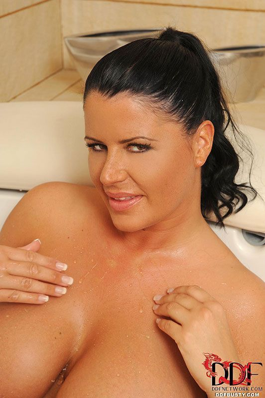lesbicas peitudas deliciosas em fotos de sexo na banheira 3 - Lésbicas peitudas deliciosas em fotos de sexo na banheira