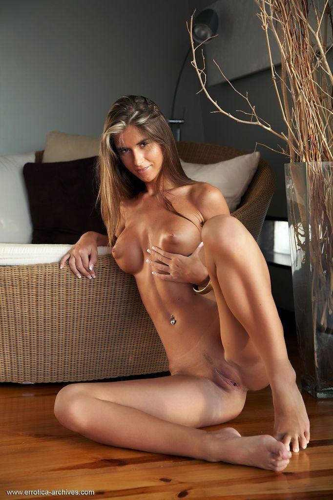 Magrinha sensual posando para fotos de nudez explicita