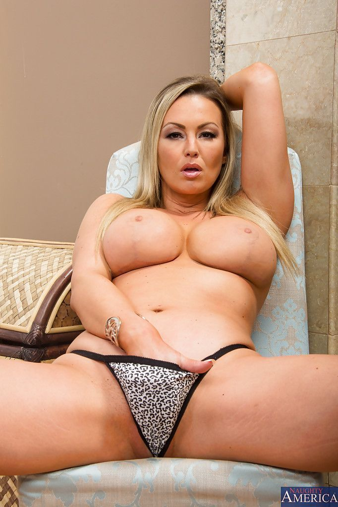 mulher casada com seios grandes faz ensaio pornografico toda pelada 7 - Mulher casada com seios grandes faz ensaio pornográfico toda pelada