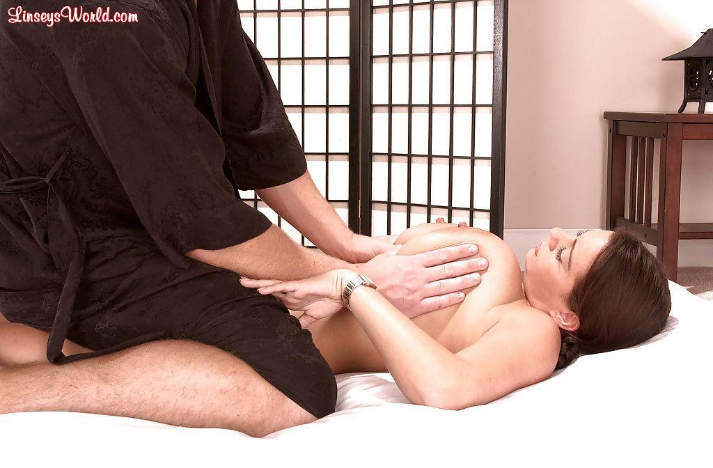 Mulher peituda com buceta gostosa sendo massageada e masturbada
