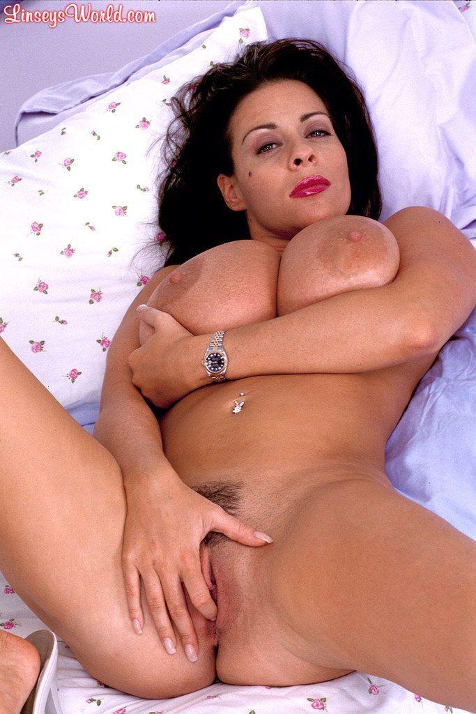 Mulher pelada gostosona com seios grandes se exibindo nas fotos