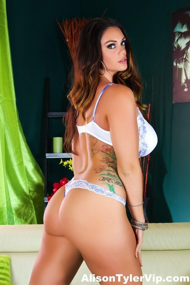 Atriz pornô fazendo ensaio sensual mostrando as tetonas e o bucetão