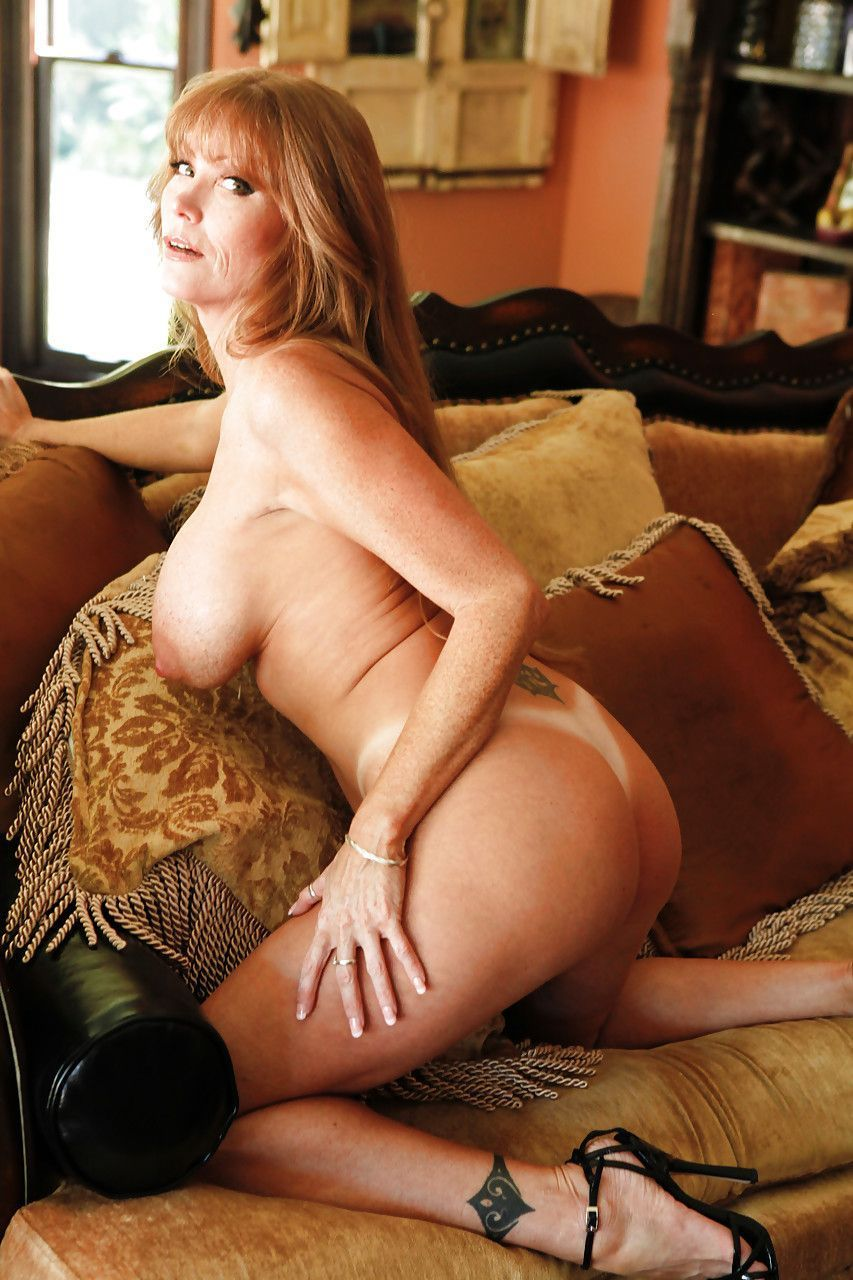 Coroa gostosa tira a roupa e posa nua para fotos eróticas