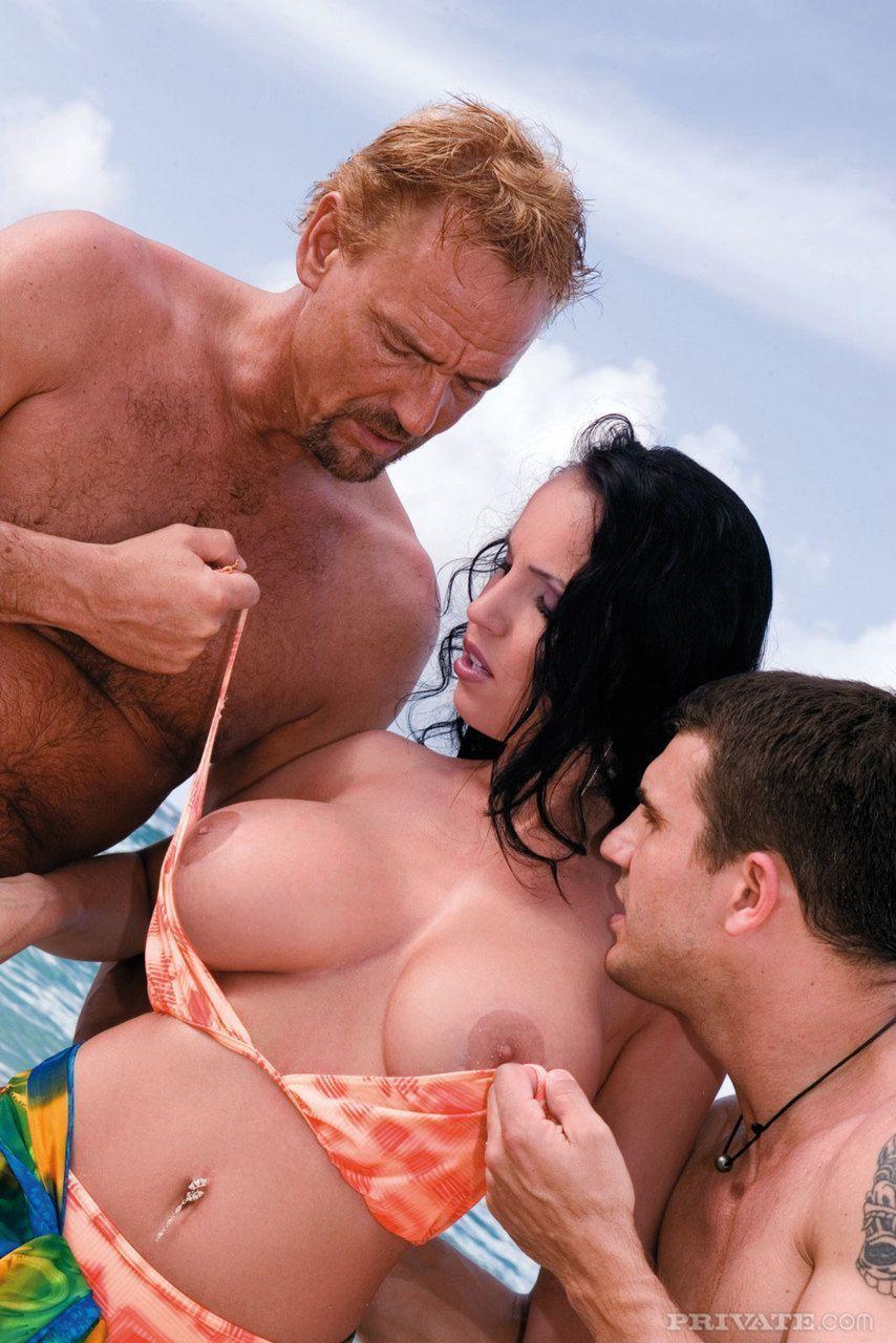 fotos sexo gratis morena peituda transando com dois na praia 5 - Fotos sexo grátis morena peituda transando com dois na praia