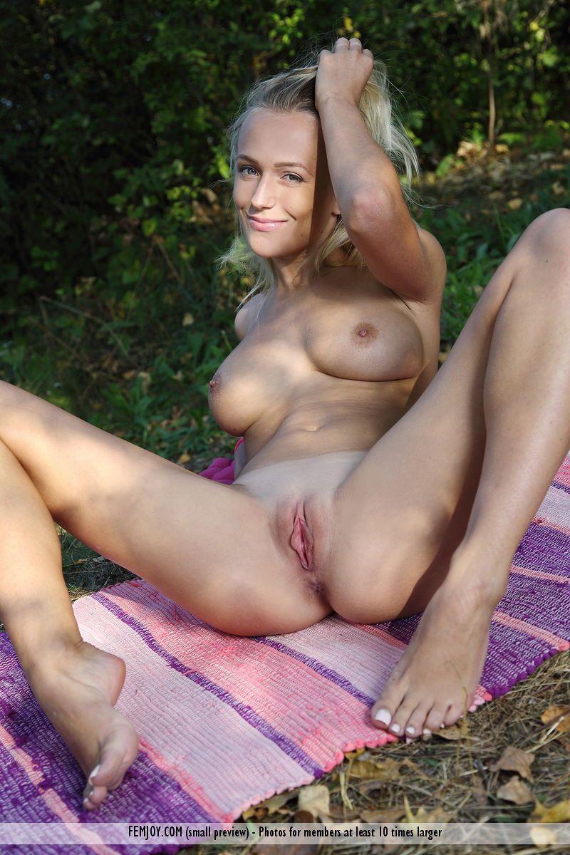 Magrinha gostosa faz ensaio sensual tirando a lingerie
