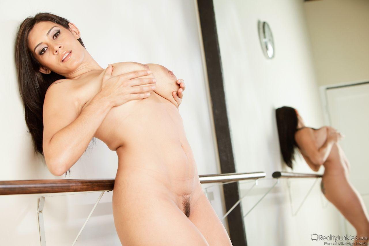 Morena com peitões gostosos e buceta carnuda fazendo sessão de fotos
