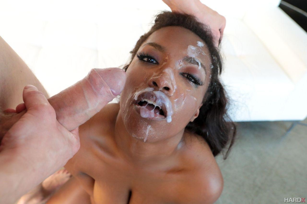 Mulher negra linda e gostosa posando para fotos picantes