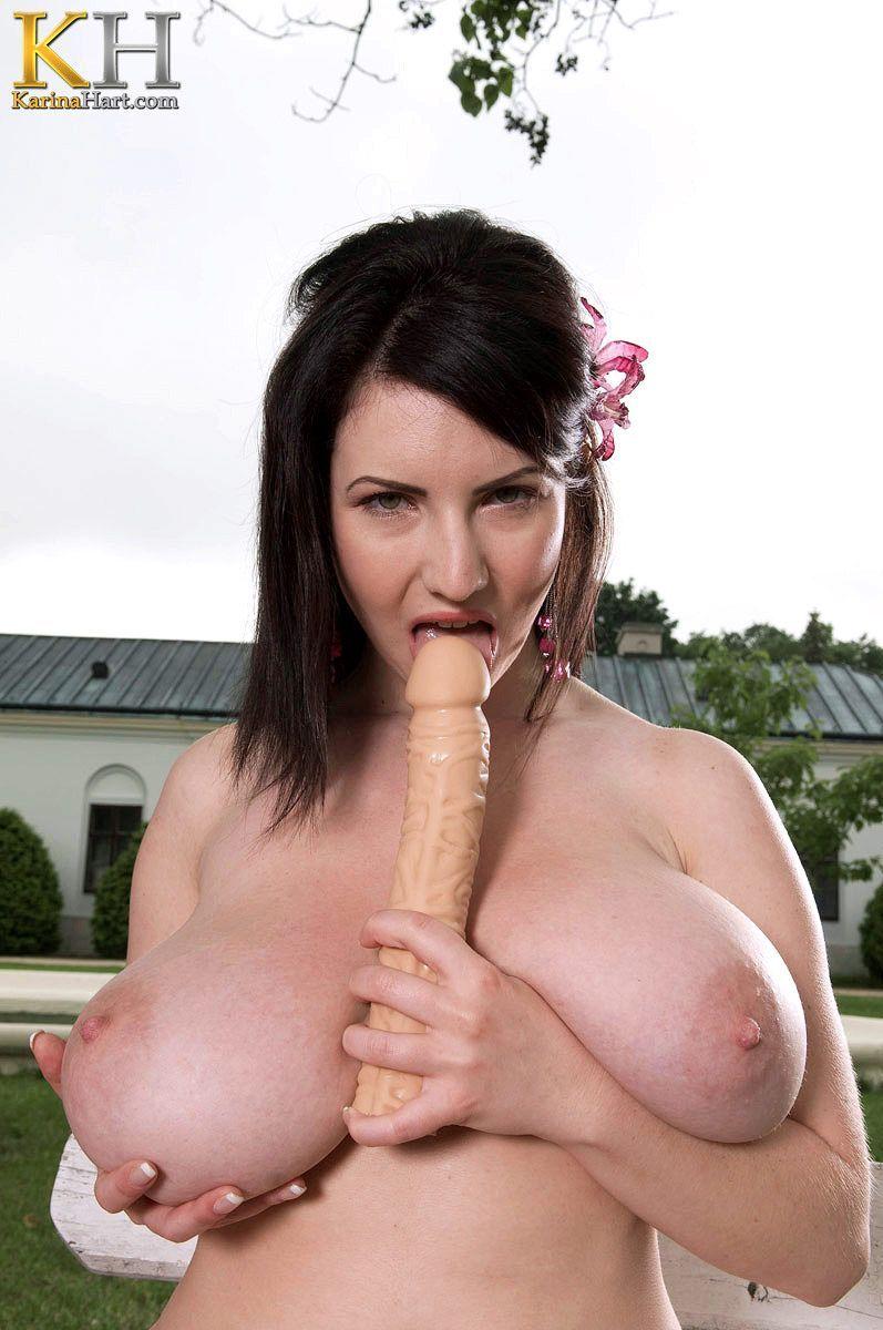 Fotos de branquinha com peitões lindos mostrando a buceta