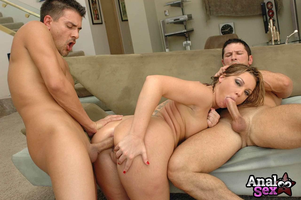 Fotos de DP com mulher casada traindo marido com dois amigos do corno