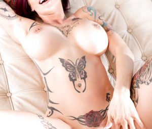 Mulher tatuada bucetuda em fotos de sexo picante