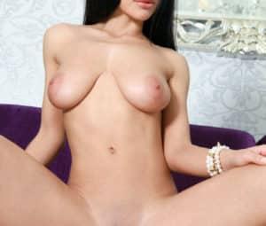 Novinha peituda se exibindo em fotos de nudez