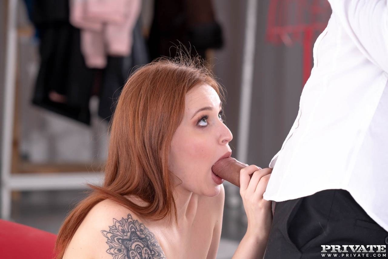 Ruiva novinha sexy dando a buceta e tomando gozada