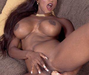 Negra peituda se exibindo nua masturbando a buceta em fotos