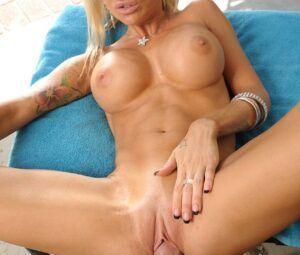 Fotos de sexo gostoso com loira de seios lindos e buceta lisinha