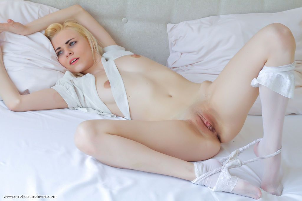 loira novinha greluda em ensaio sensual de nudez 9 - Loira novinha greluda em ensaio sensual de nudez