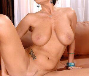 Mulher gostosa peituda se masturbando toda pelada
