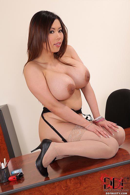 mulher asiatica gostosa com peitoes grandes se exibindo 14 - Mulher asiática gostosa com peitões grandes se exibindo