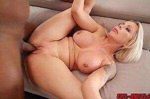 Sexo com mulher pelada peituda dando pro negão