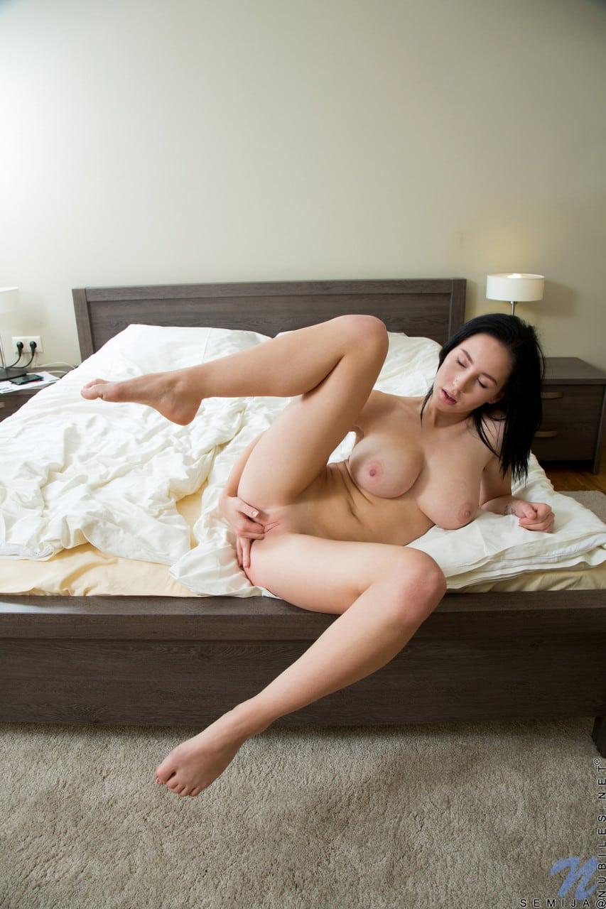 branquinha peituda se masturbando em fotos gratis 2833 - Branquinha peituda se masturbando em fotos grátis