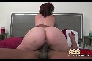 Mulher pelada branquinha sentando na pica do negão dotado